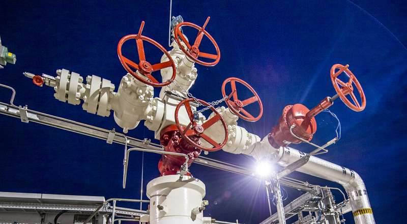 Closeup of red valves and white piping against dark blue night sky / © Karin Lohberger (RAG)